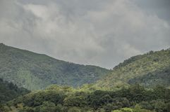 Berg runt om Arashiyama Kyoto Japan arkivbilder