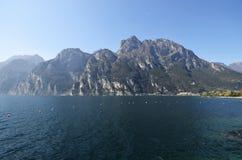 Berg runt om sjön nära Riva del Garda Arkivbild