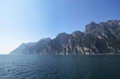 Berg runt om sjön nära Riva del Garda Royaltyfria Foton