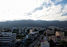 Berg runt om staden Royaltyfri Fotografi