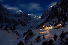 Berg 's nachts hut royalty-vrije stock afbeelding