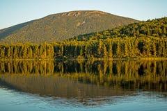 Berg Sagamook steht im Hintergrund hinter großem Nictau See lizenzfreie stockfotos
