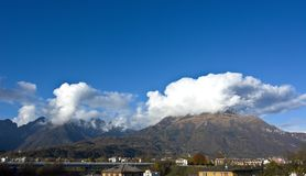 Berg Serva und die Schiara-Gruppe beherrscht die Stadt von Belluno Lizenzfreie Stockbilder