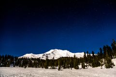 Berg Shasta unter Vollmondlicht mit Sternen oben lizenzfreies stockfoto