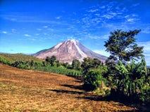 Berg Sinabung mit dem Himmel lizenzfreie stockbilder