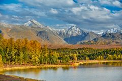 Berg sjö, Altai berg arkivbild