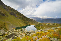 Berg sjö i Abchazien caucasus Arkivfoto