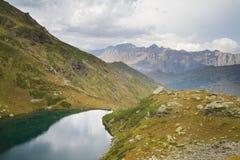 Berg sjö i Abchazien caucasus Royaltyfria Foton