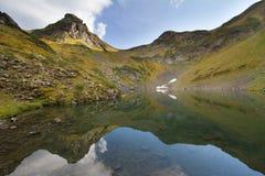 Berg sjö i Abchazien caucasus Arkivfoton
