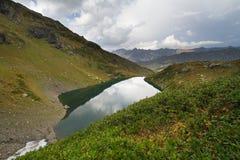 Berg sjö i Abchazien caucasus Royaltyfria Bilder