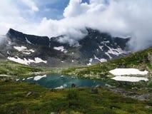 Berg sjö i altai Arkivfoto
