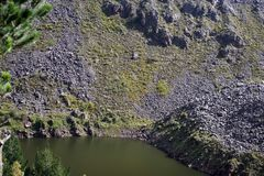 Berg sjö i Antisana den ekologiska reserven Royaltyfri Fotografi