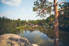 Berg sjö i bakgrunden av berg och himmel Royaltyfri Fotografi