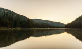 Berg sjö i berg på den soliga dagen British Columbia Kanada Royaltyfria Foton