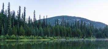 Berg sjö i berg på den soliga dagen British Columbia Kanada Arkivbilder