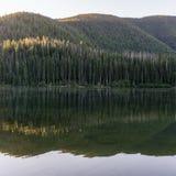 Berg sjö i berg på den soliga dagen British Columbia Kanada Arkivbild