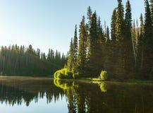 Berg sjö i berg på den soliga dagen British Columbia Kanada Arkivfoto