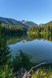 Berg sjö i berg på den soliga dagen British Columbia Kanada Fotografering för Bildbyråer