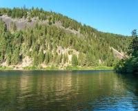 Berg sjö i berg på den soliga dagen British Columbia Kanada Arkivfoton