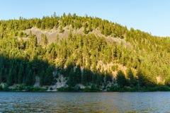 Berg sjö i berg på den soliga dagen British Columbia Kanada Royaltyfri Foto