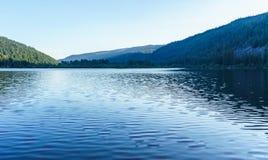 Berg sjö i berg på den soliga dagen British Columbia Kanada Royaltyfria Bilder