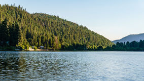 Berg sjö i berg på den soliga dagen British Columbia Kanada Royaltyfri Fotografi