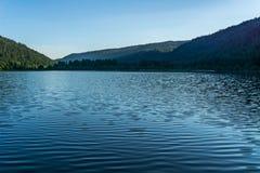 Berg sjö i berg på den soliga dagen British Columbia Kanada Royaltyfri Bild
