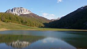 Berg sjö i Bosnien royaltyfria bilder