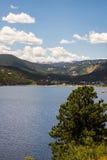 Berg sjö i colorado de steniga bergen Arkivfoto