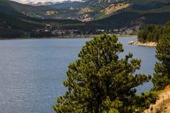 Berg sjö i colorado de steniga bergen Arkivbilder