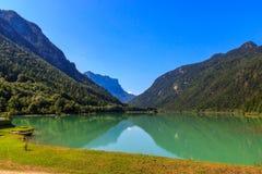 Berg sjö i de bayerska fjällängarna, Tyskland Royaltyfria Bilder