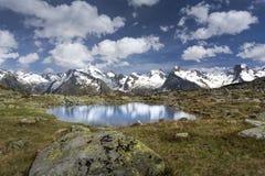 Berg sjö i de italienska fjällängarna Royaltyfria Foton