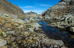 Berg sjö i Dorf Tirol Spronser sjöar Lago Latte Arkivfoton
