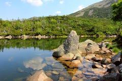 Berg sjö i höga berg arkivfoton