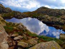 Berg sjö i höst i de Brenta dolomitesna i området av? Arkivbild