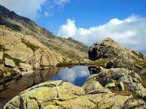 Berg sjö i höst i de Brenta dolomitesna i området av? Royaltyfri Bild