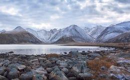Berg sjö i molnigt väder Royaltyfria Bilder