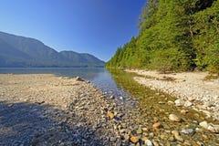 Berg sjö i morgonskuggor royaltyfri bild
