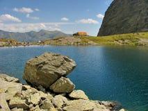Berg sjö i rumänskt Carpathian Arkivfoton