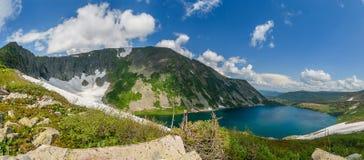 Berg sjö i Sibirien Arkivbild