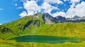 Berg sjö i soligt väder, fjällängar, Frankrike arkivfoton