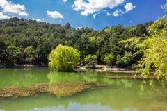 Berg sjö i träna och den blåa himlen Royaltyfri Bild