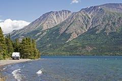Berg sjö i Yukon Arkivbild