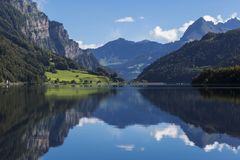 Berg sjö Klontalersee Glarus Canton switzerland Arkivfoto