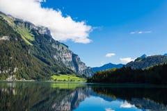 Berg sjö Klontalersee Glarus Canton switzerland Fotografering för Bildbyråer