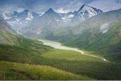 Berg sjö Kucherlinskoe från över, Altay, Ryssland Arkivbild
