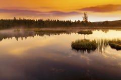 Berg sjö Laka i den Sumava nationalparken i Tjeckien royaltyfri fotografi