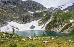 Berg sjö med blått vatten Arkivbilder