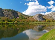 Berg sjö med en blå himmel Arkivbild
