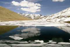 Berg sjö med isisflak Royaltyfri Foto